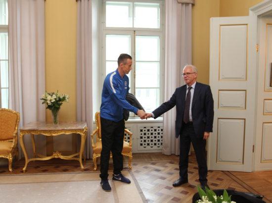 Riigikogu esimees Eiki Nestor kohtus Eesti jalgpallimeeskonnaga