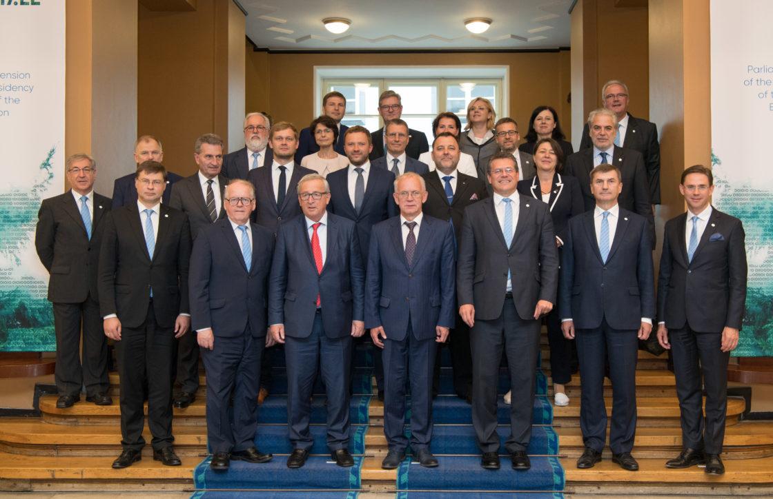 Riigikogu esimees Eiki Nestor, aseesimees Enn Eesmaa ning fraktsioonide ja komisjonide esindajad ühispildil Euroopa Komisjoni volinike kolleegiumiga