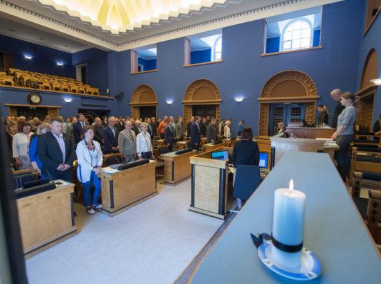 Riigikogu alustas 14. juuni istungit leinaseisakuga.