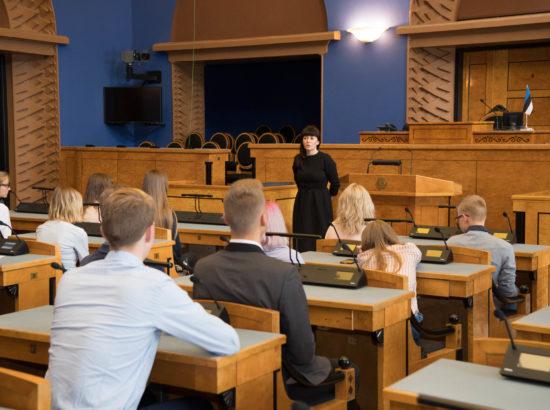 Heidy Purga tutvustab noortele Riigikogu tööd