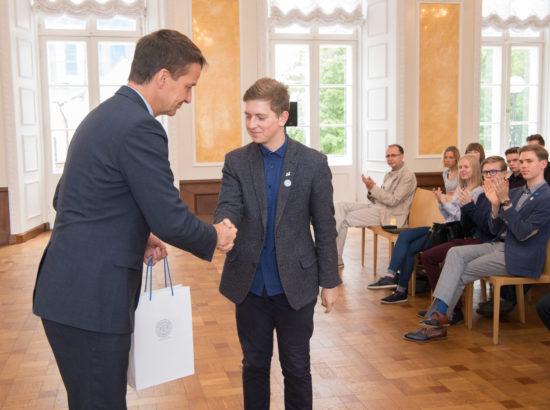 Eesti Panga president Ardo Hansson annab meenemündi noorte Maapäeva esindajale