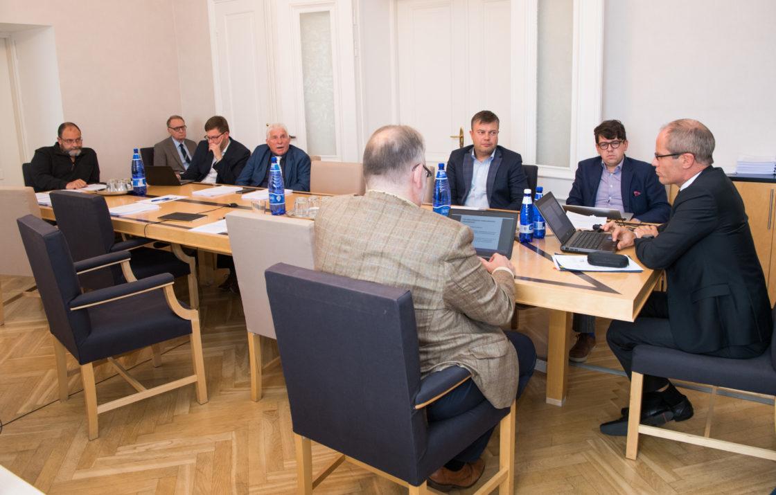 Rahanduskomisjoni istung, makseasutuste ja e-raha asutuste seaduse muutmise eelnõu (498 SE), sotsiaalmaksuseaduse ja tulumaksuseaduse muutmise seaduse eelnõu (499 SE), kutsutud rahandusminister Toomas Tõniste