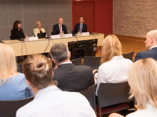 Väliskomisjon koostöös Euroopa Komisjoni esindusega Eestis ja Kanada saatkonna esindusega korraldas seminari seoses Euroopa Liidu ja Kanada vahel sõlmitud laiaulatusliku majandus- ja kaubanduslepingu (CETA) ratifitseerimise seaduse menetlemisega Riigikogus