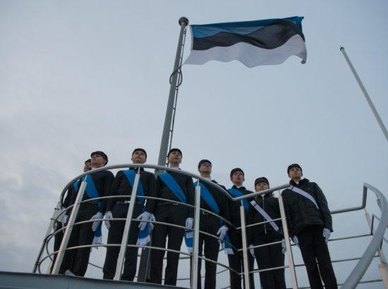Tallinna 21. Kooli liputoimkonna liikmed heiskasid vastupanuvõitluse päeva puhul Pika Hermanni torni riigilipu
