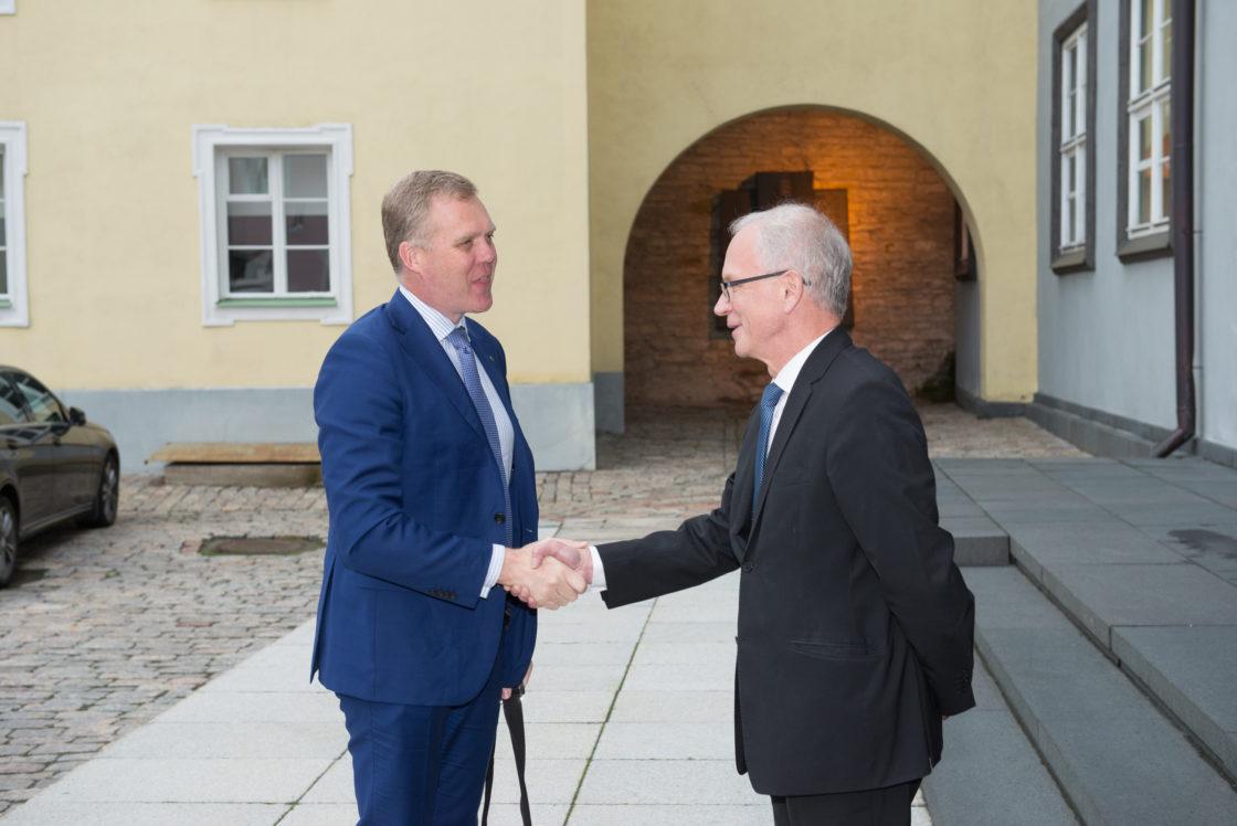 Riigikogu esimees Eiki Nestor tervitab Austraalia parlamendi Esindajatekoja esimeest Tony Smithi