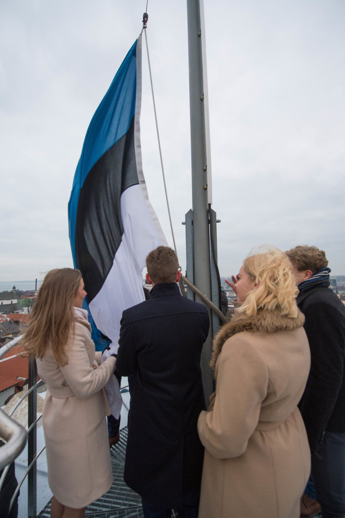 Noorte Maapäeva saadikud heiskasid pidulikult riigilipu Pika Hermanni torni