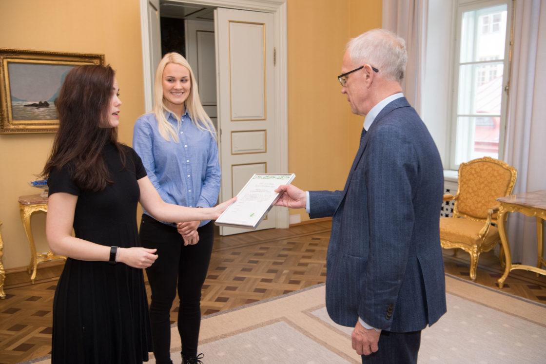 Riigikogu esimees Eiki Nestor võttis vastu tänukirja Eesti Loomakaitse Seltsilt seoses sellega, et kõige loomasõbralikuma teo tiitli pälvis tänavu Riigikogu