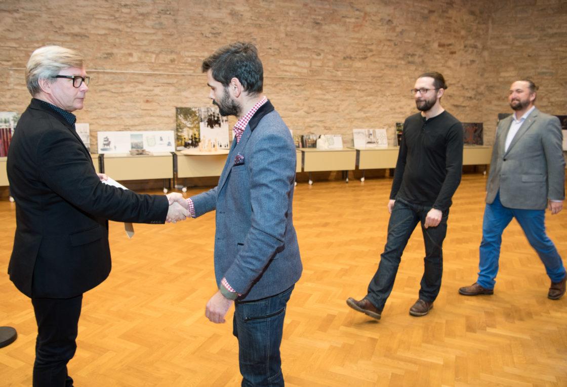 """Žürii liige Mart Kalm ja II koha pälvinud töö """"Magasivili"""" autorid - Taavi Kuningas, Argo Männik ja Mihkel Urmet"""