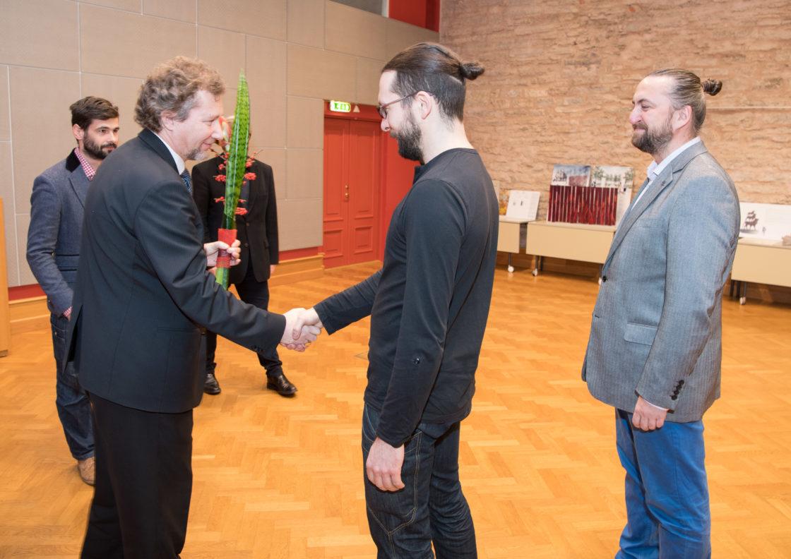 """Žürii liige Argo Koppel ja II koha pälvinud töö """"Magasivili"""" autorid - Argo Männik ja Mihkel Urmet"""