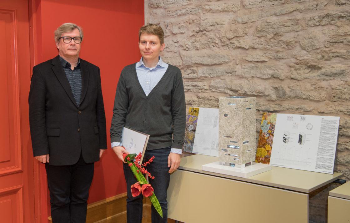 """Žürii liige Mart Kalm ja I koha pälvinud töö """"Samblik"""" autor Andro Mänd"""
