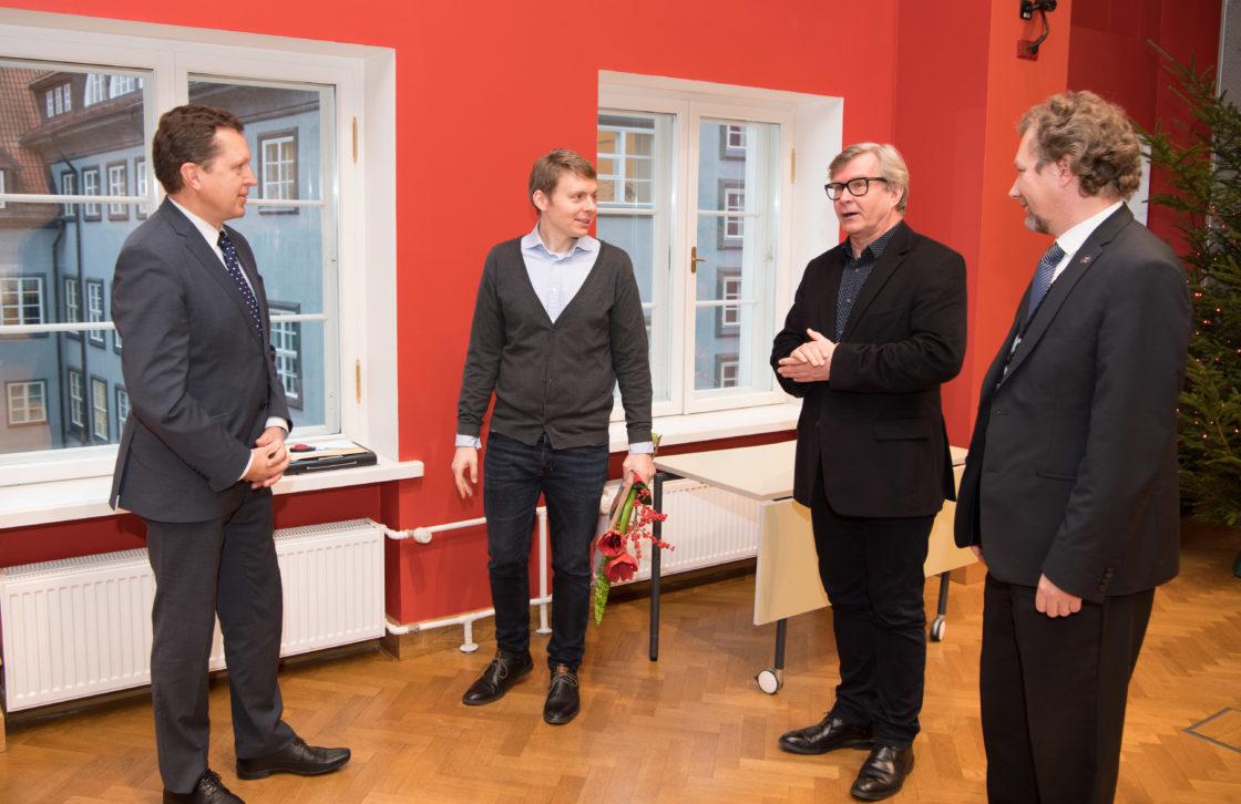 """Kantselei direktor Peep Jahilo, I koha pälvinud töö """"Samblik"""" autor Andro Mänd ning žürii liikmed Mart Kalm ja Argo Koppel"""