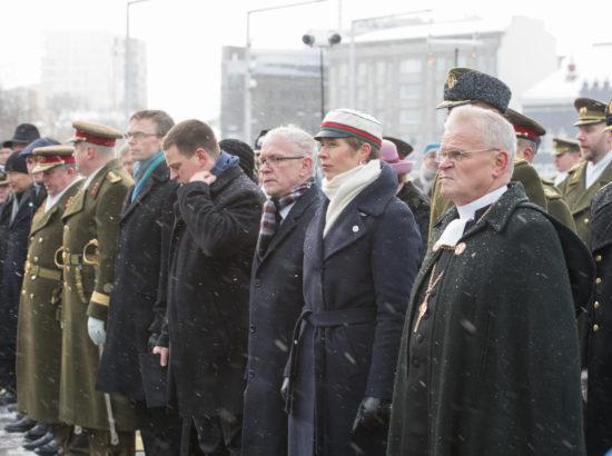 Riigikogu esimees Eiki Nestor ning aseesimehed Enn Eesmaa ja Hanno Pevkur osalesid pärgade asetamisel Vabadussõja võidusamba jalamile Vabaduse väljakul