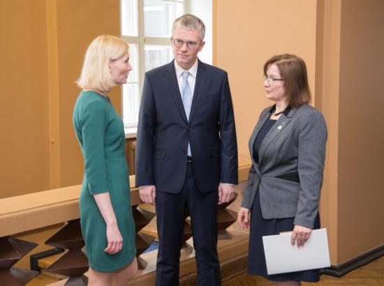 Täiskogu istungi alguses andsid ametivande riigihalduse minister Janek Mäggi ning tervise- ja tööminister Riina Sikkut