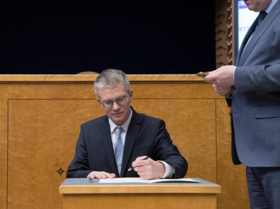 Täiskogu istungi alguses andis ametivande riigihalduse minister Janek Mäggi