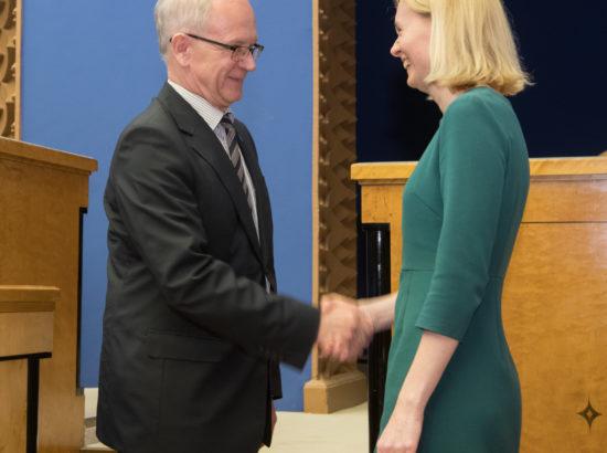 Täiskogu istungi alguses andis ametivande tervise- ja tööminister Riina Sikkut