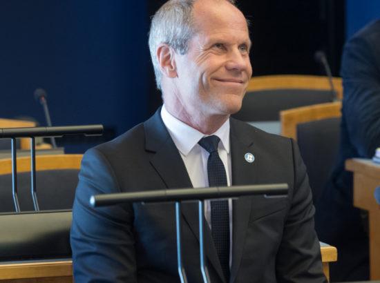 """Täiskogu istung, olulise tähtsusega riikliku küsimuse """"Riigi eelarvestrateegia 2019–2022"""" arutelu"""