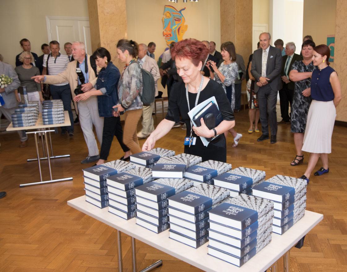 """Tammsaare ja Vilde Sõprade Seltsi esindajad kinkisid Riigikogu liikmetele A. H. Tammsaare """"Tõe ja õiguse"""" I osa värskete illustratsioonidega uustrüki eksemplari"""