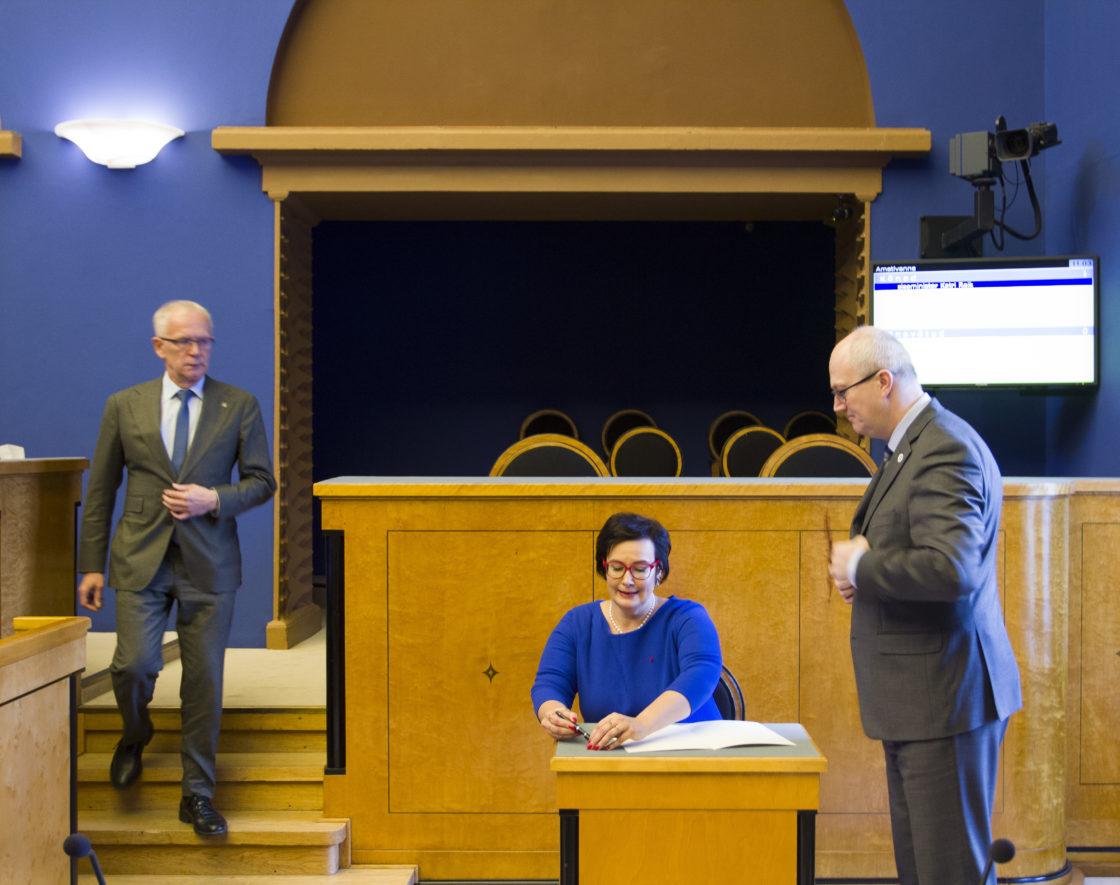 """Täiskogu istung. Katri Raiki ametivanne; Riigikogu avalduse """"ÜRO globaalse ränderaamistiku kohta"""" eelnõu arutelu"""