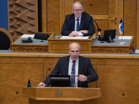 """Täiskogu istung. Riigikohtu liikme Heiki Loodi ametivanne; olulise tähtsusega riikliku küsimuse """"Elu võimalikkusest maal"""" arutelu"""