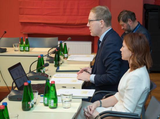 """Väliskomisjoni raporti """"Valmisolek tõrjuda valimistesse sekkumist lääneriikide näitel"""" tutvustus"""