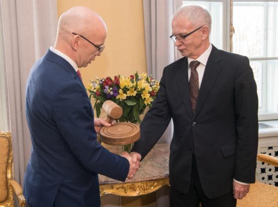 Riigikogu esimees Eiki Nestor võttis Hea Õigusloome Tava konkursi korraldajatelt vastu tunnistused parima ja halvima seaduse eest