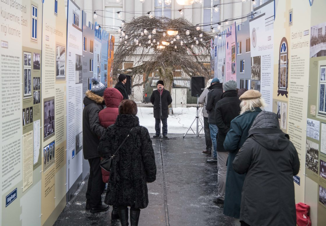 """Näituse """"Riigikogu 100"""" avamine Pärnus Iseseisvuse väljakul"""