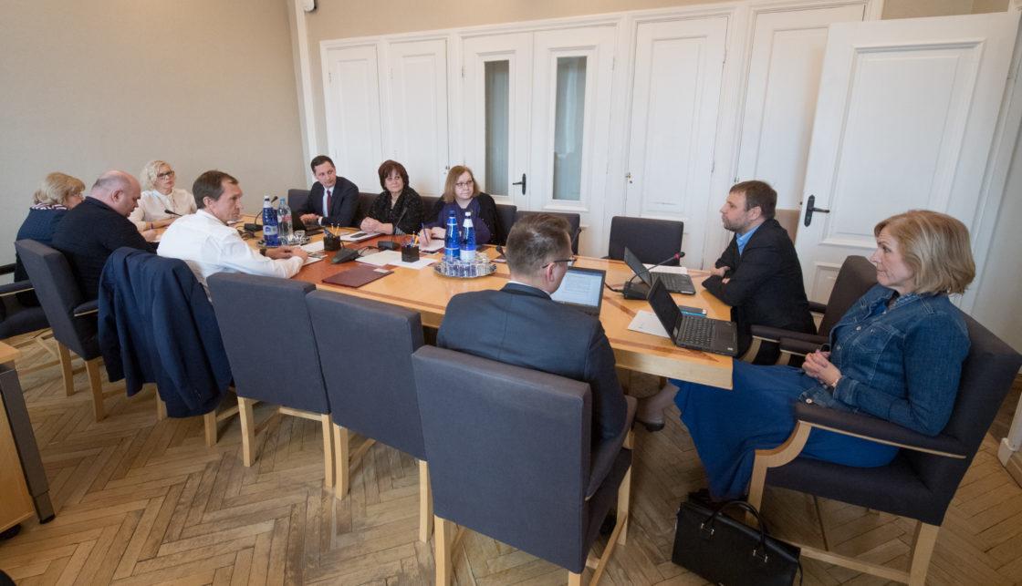 Sotsiaalkomisjoni arutelu eesti viipekeele tõlgi erialast