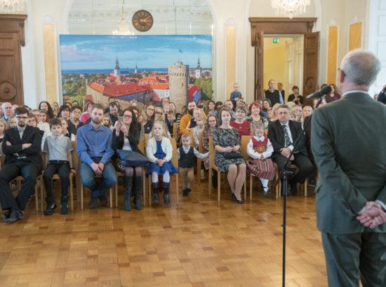 """Riigikogu ja EV100 tunnustasid kuldvapiga """"Laste Vabariigi"""" kultuuriretke läbinud lapsi"""
