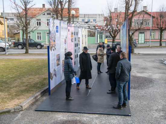 """Näituse """"Riigikogu 100"""" avamine Haapsalus Linnavalitsuse ees"""