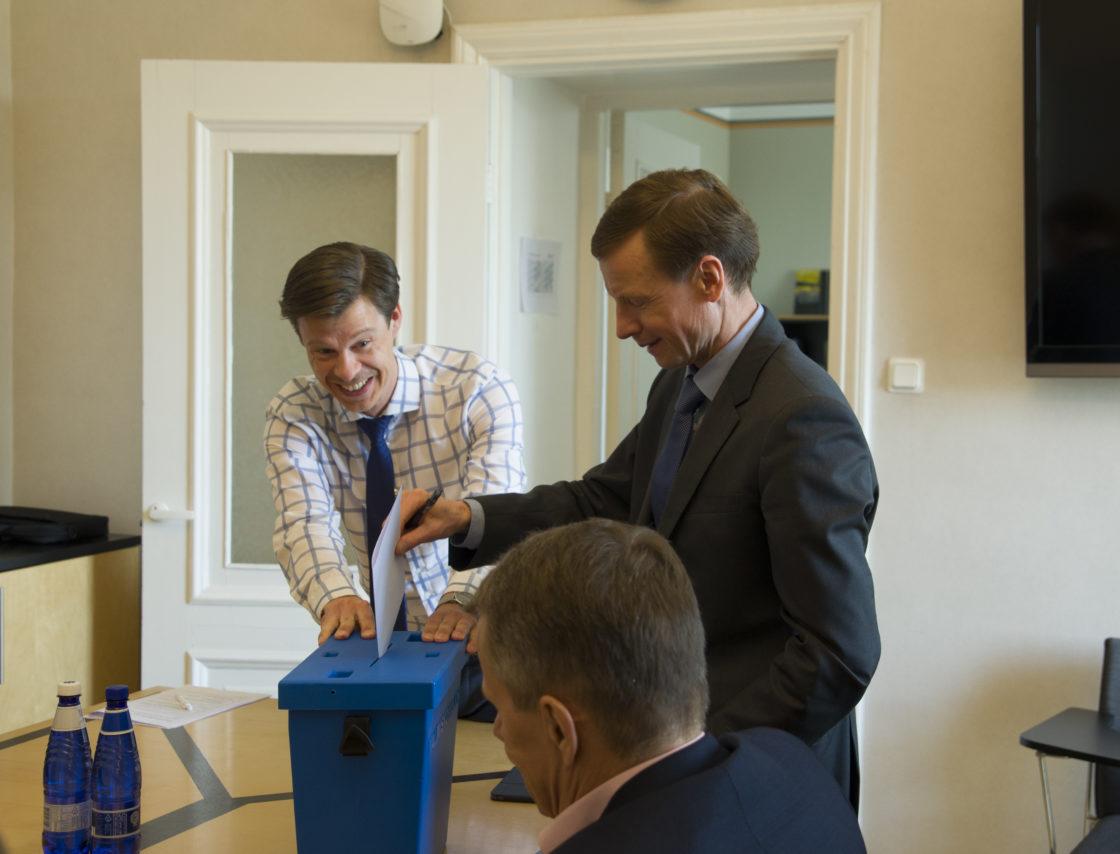 Rahanduskomisjoni esimehe ja aseesimehe valimised.  Komisjoni nõunik Andres Ando ja Aivar Sõerd.