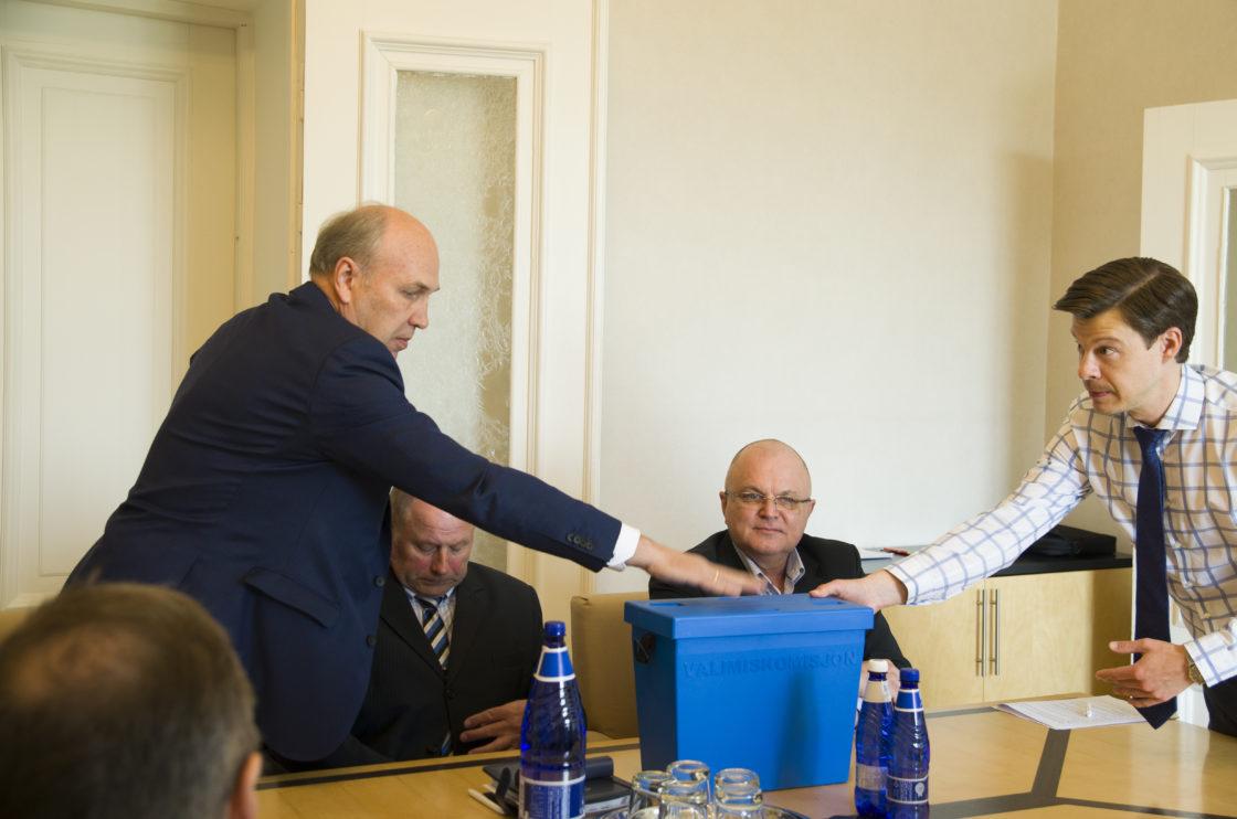Rahanduskomisjoni esimehe ja aseesimehe valimised.  Aivar Kokk ja komisjoni nõunik Andres Ando.