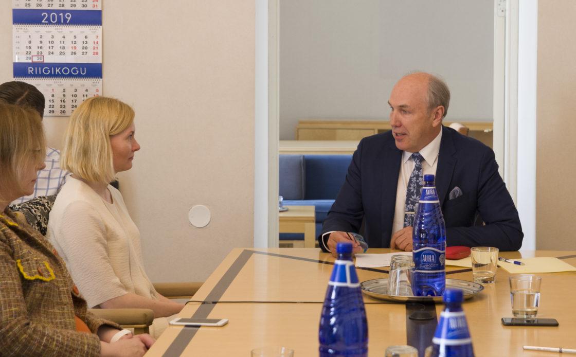 Rahanduskomisjoni esimeheks valiti Aivar Kokk ja aseesimeheks Maris Lauri.  Fotol: Riina Sikkut ja Aivar Kokk.