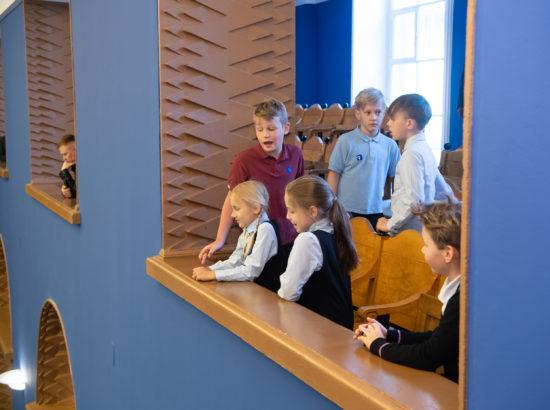 Riigikogu istung. Lapsed külaliste rõdul istungit jälgimas.