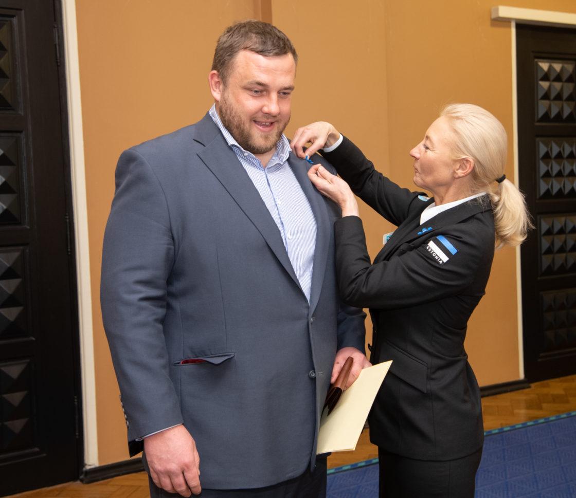 """Veteranide toetuskampaania """"Anname au!"""" puhul said Riigikogu liikmed rinda sinilille"""