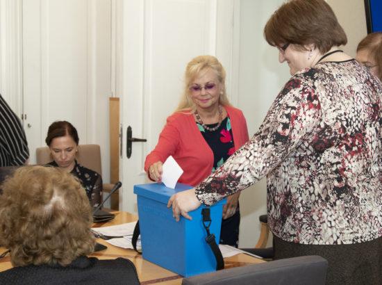 Sotsiaalkomisjoni esimehe ja aseesimehe valimised. Marika Tuus-Laul asetab sedeli hääletuskasti.