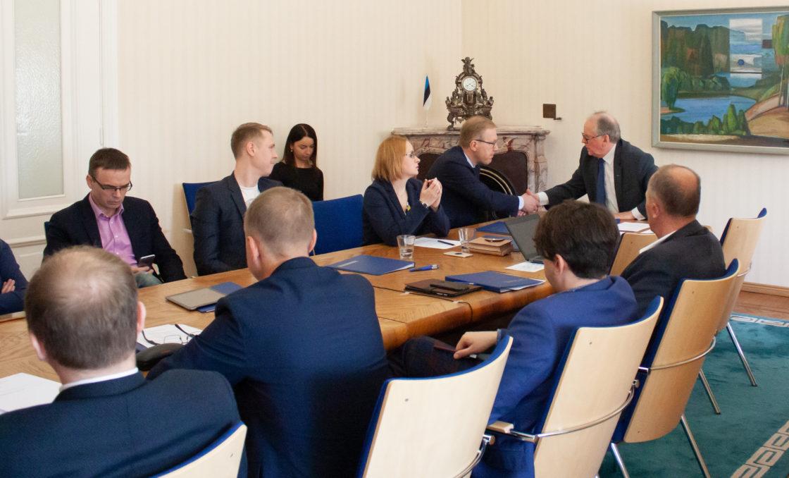 Väliskomisjoni esimeheks valiti Enn Eesmaa ja aseesimeheks Marko Mihkelson.
