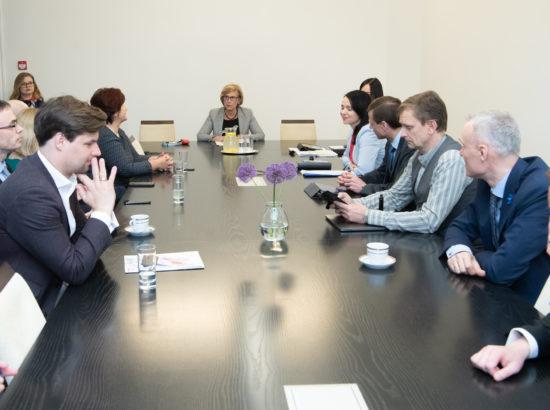 Euroopa Liidu asjade komisjon pidas esimese istungi ja valis juhid. Esimehe ja aseesimehe valimiseni juhatas istungit komisjoni vanim liige Urve Tiidus.