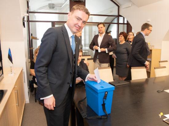Euroopa Liidu asjade komisjon pidas esimese istungi ja valis juhid. Hääletab Taavi Rõivas.