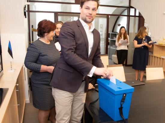 Euroopa Liidu asjade komisjon pidas esimese istungi ja valis juhid. Hääletab Kalle Palling.