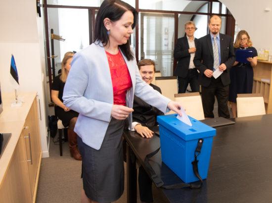 Euroopa Liidu asjade komisjon pidas esimese istungi ja valis juhid. Hääletab Anneli Ott.