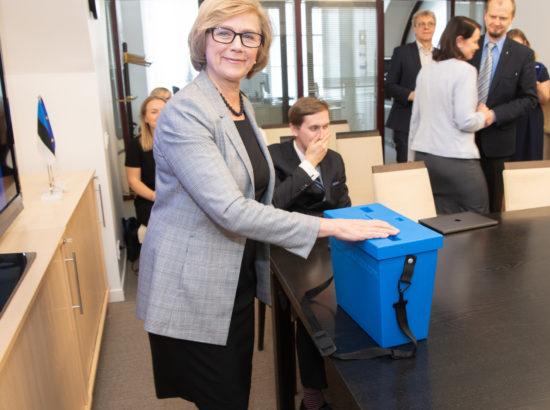 Euroopa Liidu asjade komisjon pidas esimese istungi ja valis juhid. Hääletab Urve Tiidus.