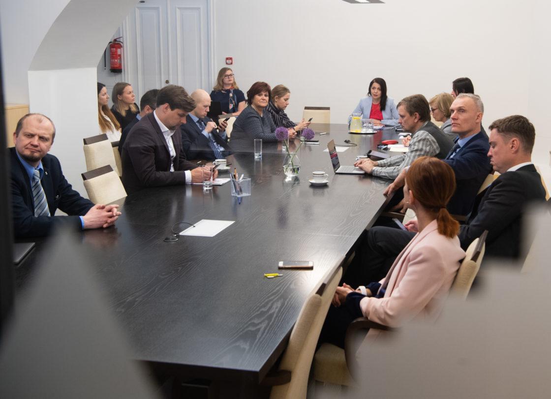 Istungit juhatab Euroopa Liidu asjade komisjoni esimees Anneli Ott.