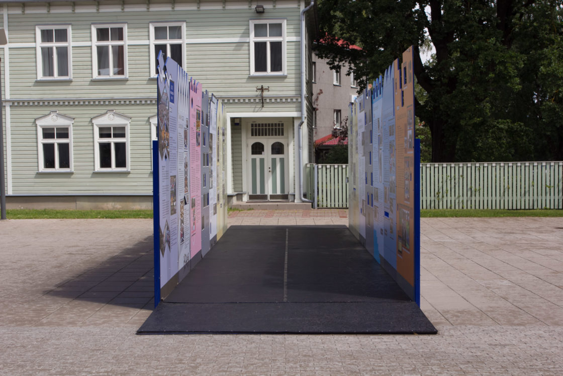"""Näituse """"Riigikogu 100"""" avamine Tartu Ülikooli raamatukogu ees"""