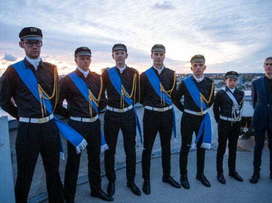 Tallinna 21. kooli õpilased osalesid täna päikesetõusul Eesti vastupanuvõitlemise päeva auks Pika Hermanni torni sinimustvalge lipu heiskamise toimkonnas.