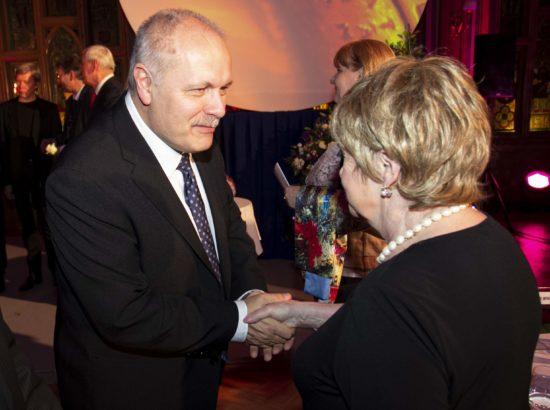 Riigikogu esimees Henn Põlluaas õnnitlemas Balti Assamblee kirjandusauhinna saajat Leelo Tunglat