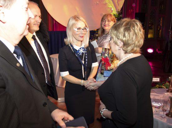 Balti Assamblee delegatsiooni liige Helle-Moonika Helme õnnitlemas kirjandusauhinna saajat Leelo Tunglat