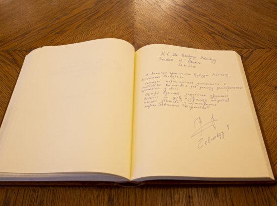 Ukraina presidendi Volodõmõr Zelenskõi sissekanne Riigikogu külalisteraamatusse