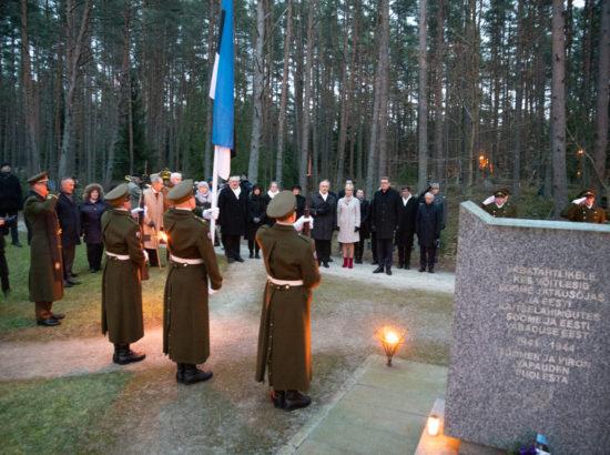 Pärgade asetamine soomepoiste mälestusmärgile Metsakalmistul