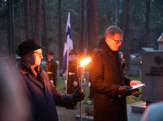 Eduskunna esimees Matti Vanhanen mälestushetkel Metsakalmistul