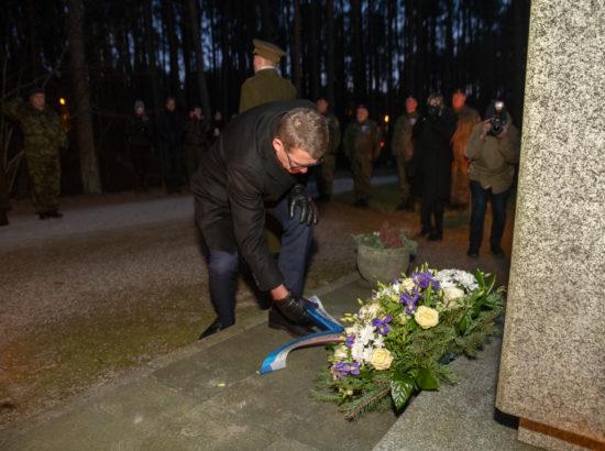 Eduskunna esimees Matti Vanhanen asetamas pärga soomepoiste mälestusmärgile Metsakalmistul